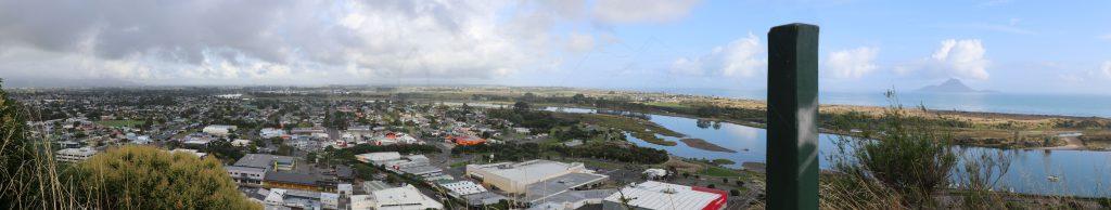 Blick auf Whakatane – die Insel im Dunst ist die Vogelinsel Moutohora.
