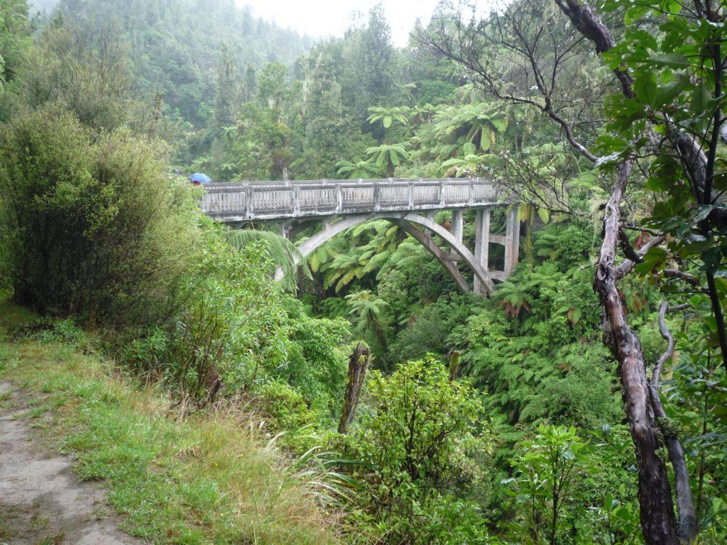 """Die """"Brücke nach Nirgendwo"""" (Bridge To Nowhere) über den Mangapurua, einen Nebenfluss des Whanganui."""