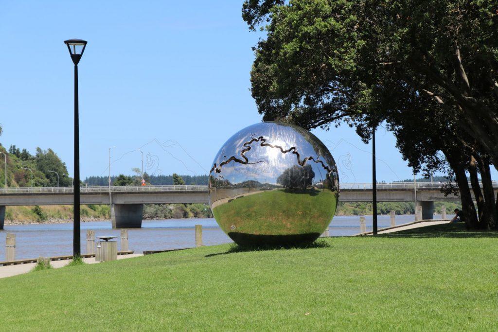 """""""Bearing"""" - Der Verlauf des Whanganui als Riss in einer Sphäre aus glänzendem Stahl."""