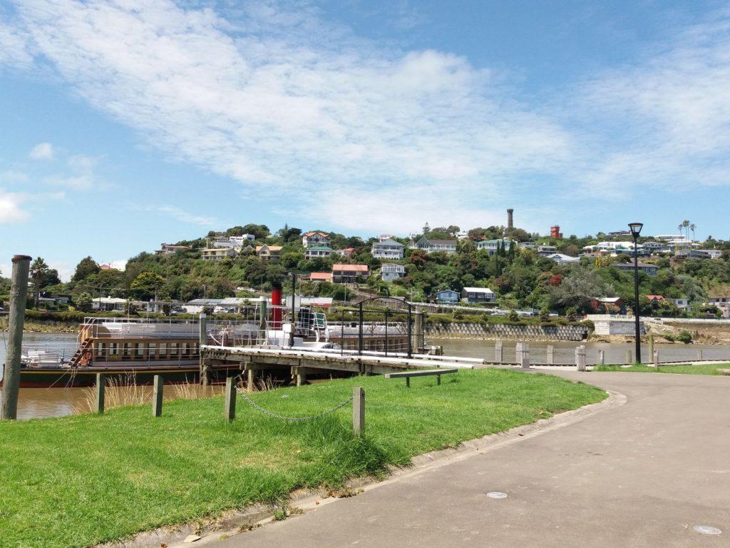 Blick über den Whanganui auf den Durie Hill mit War Memorial Tower und Hügelstation des Aufzugs (rechts vom Turm).
