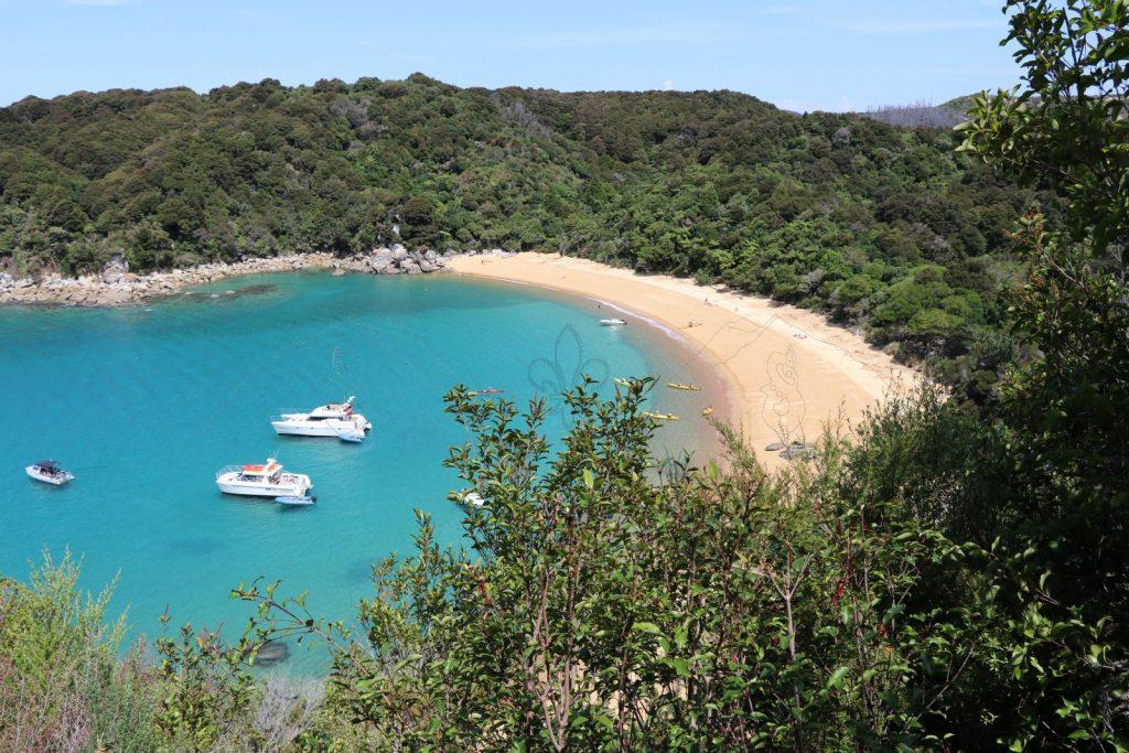 Der Strand von Te Pukatea Bay vom Te Pukatea Track.