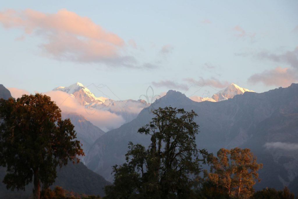 Das Abendrot färbt den Mount Tasman und die Spitze des Mount Cook (rechts) ein.