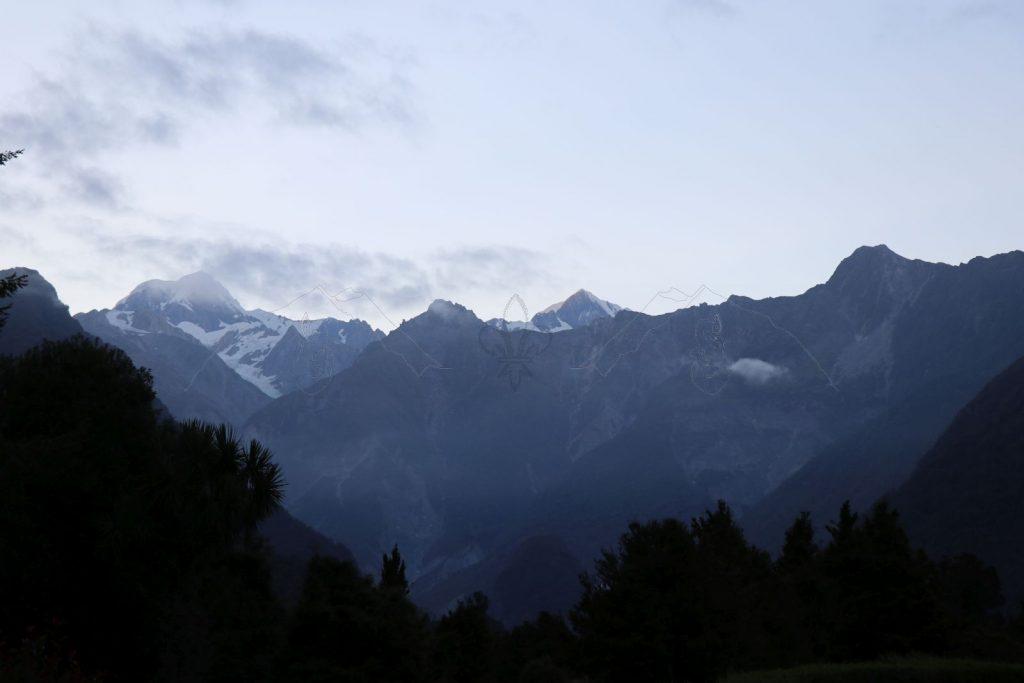 Am nächsten Morgen beleuchtet die Sonne wie immer zuerst die Gipfel der Berge, bevor das Licht langsam zu uns ins Tal kommt.