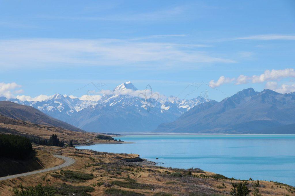 Blick über den unwirklich hellblauen Pukaki-See zum Mount Cook.