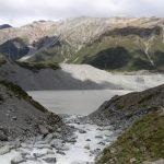 Am Ufer des unterhalb gelegenen Mueller Lake kann man erkennen, dass es lange trocken war und auch nicht mehr viel Wasser von den Gletschern kommt.